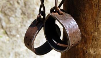 دی 1359- 263 برگ سند و 30 قطعه عکس از آثار شکنجه بروی بدن زندانیان تحویل هیئت 5 نفره مامور تحقیق در امر شکنجه شد
